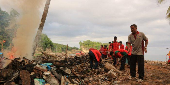 Satgas TMMD 102 Kepulauan Selayar Bersama Mahasiswa KKN Lakukan Pembersihan Lokasi Jalombong Tahap II