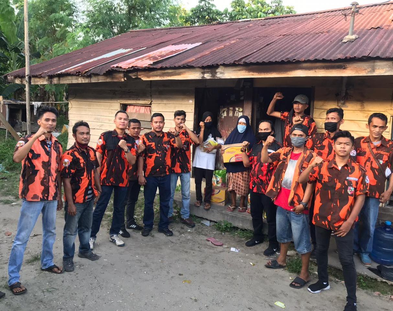 Ringankan Beban Warga, Pemuda Pancasila Bagikan Sembako di Pekanbaru