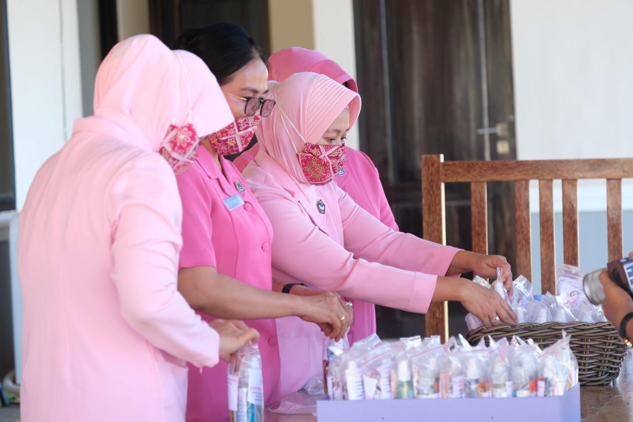 Cegah Penyebaran Covid-19, Ketua Bhayangkati Daerah Sulbar Ny. Nenny Eko Budi Sampurno Berbagi Ribuan Masker dan Vitamin