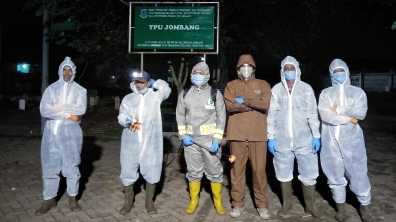 Ditengah Pandemi Covid-19, Petugas TPU Jombang Jalankan Tugas dengan Ikhlas dan Tanggung Jawab