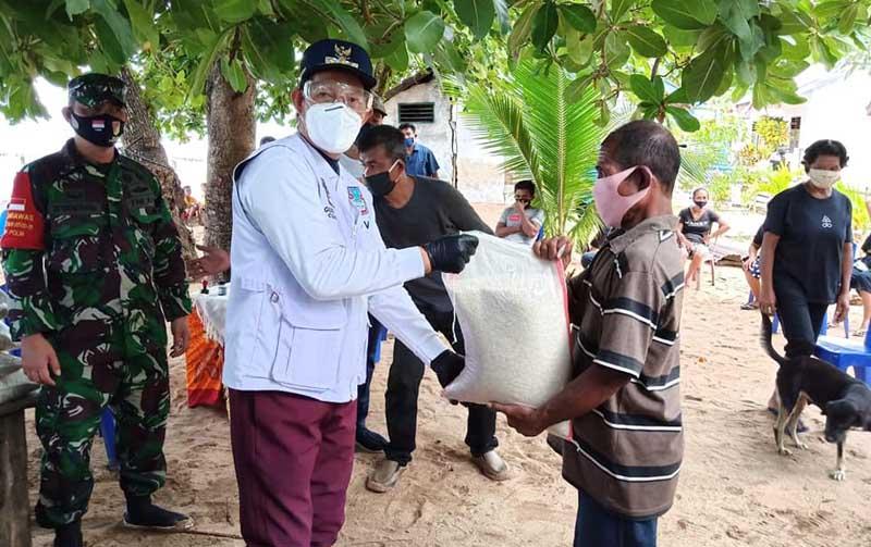 Walikota Manado Salurkan Bantuan Bansos kepada 1.425  KK di Kecamatan Bunaken