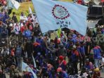 Puluhan Ribu Buruh Kembali Turun ke Jalan Hari Ini
