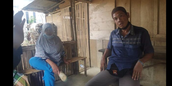 Dikawal Anak Buah Kapolsek, Warga Rimbo Pengadang Nekat Pasang Plang di Tanah Milik Orang Lain