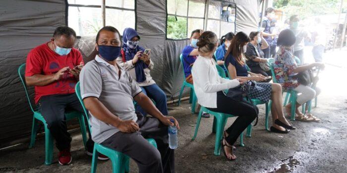 Sejumlah Pedagang di Pasar Pinasungkulan Karombasan Manado Divaksin